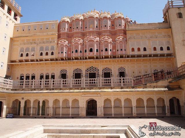 نمای بیرونی یکی از قصرهای شهر صورتی